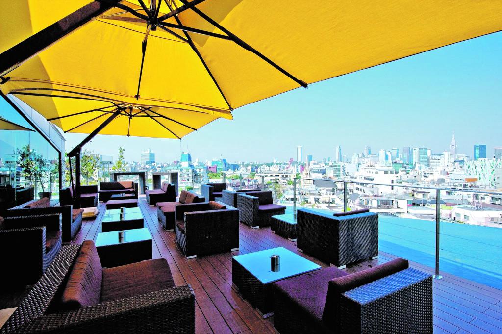Cocktail über den Dächern der Stadt - im Two Rooms