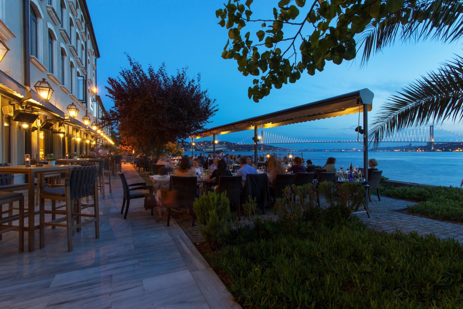 Im Tapasuma-Restaurant blickt man von der asiatischen Seite auf die Bosporus-Brücke.