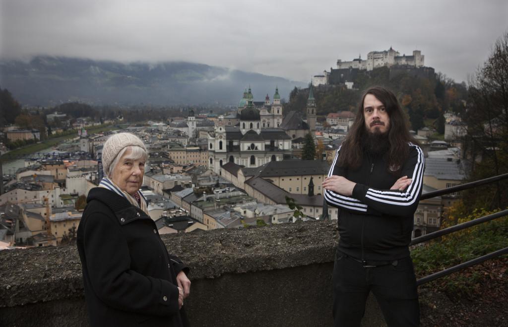 Der Künstler mit seiner Mutter am Salzburger Mönchsberg