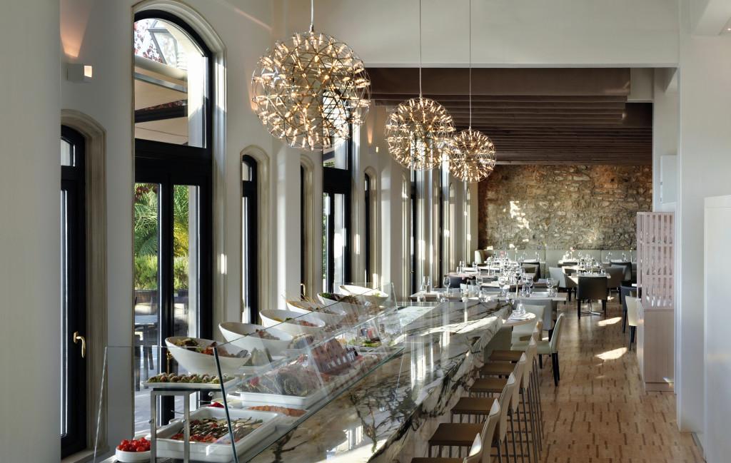 Puristische Einrichtung und grandioser Blick auf die Skyline von Istanbul im Tapasuma Restaurant