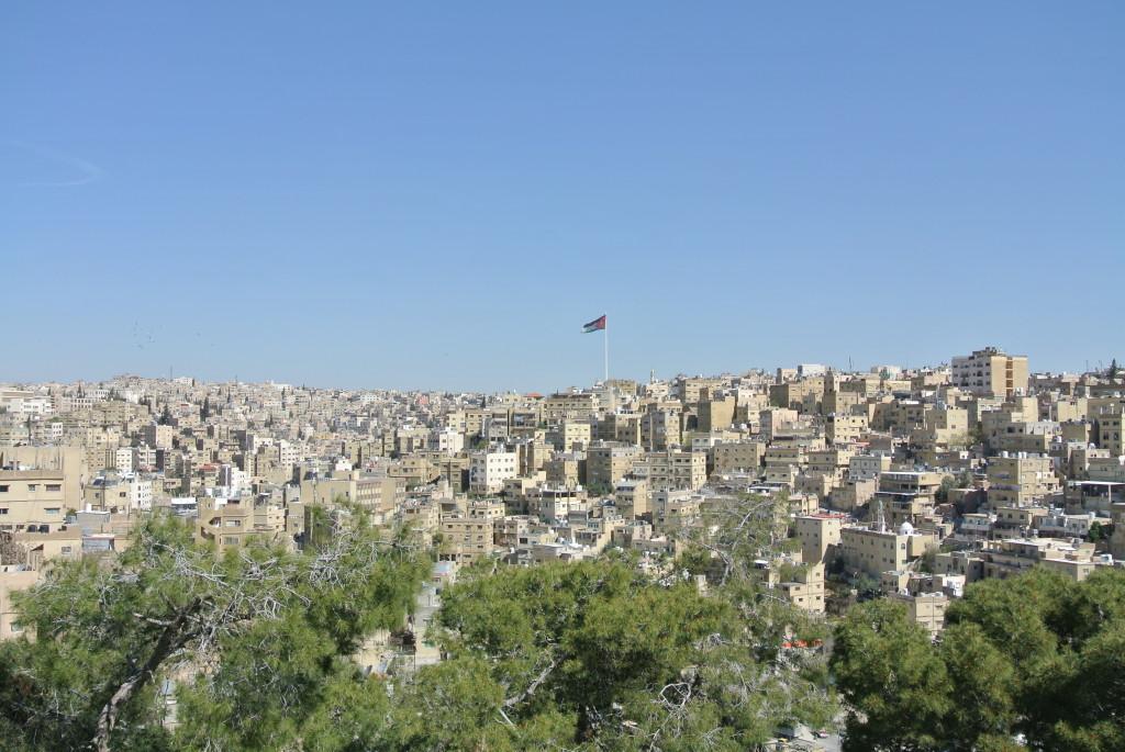 Blick auf Amman. Am Horizont thront die 125 Meter hohe jordanische Flagge.