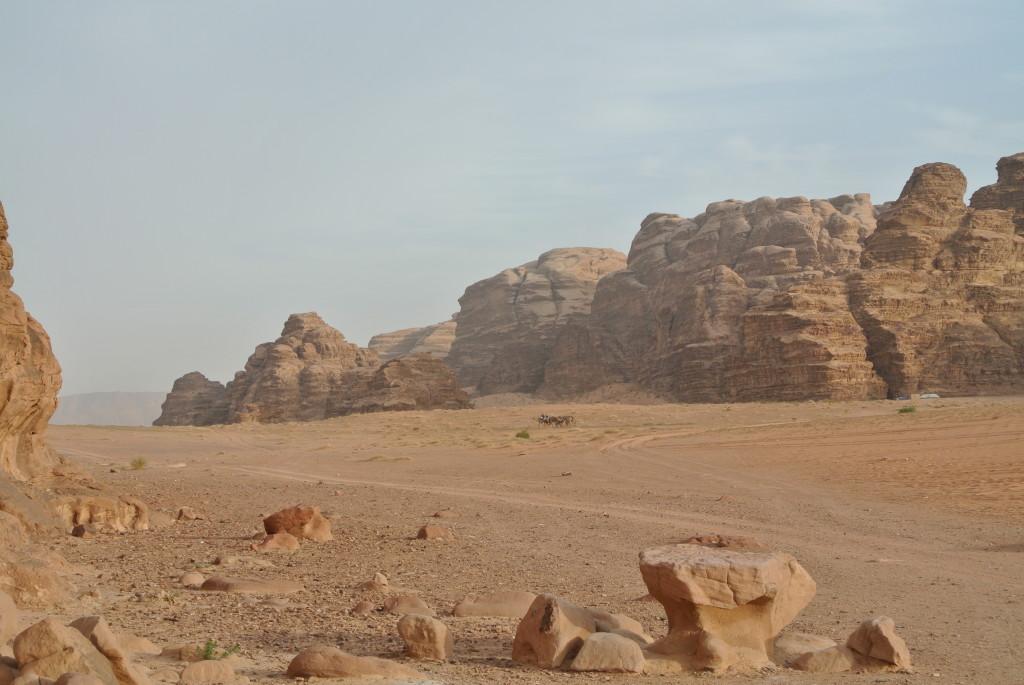 Einer der legendären Stützpunkte von T. E. Lawrence lag in der Wüstenlandschaft Wadi Rum. Riesige rote, zerklüftete Felsenwände aus Sandstein und Granit charakterisieren das heutige Schutzgebiet der UNESCO.