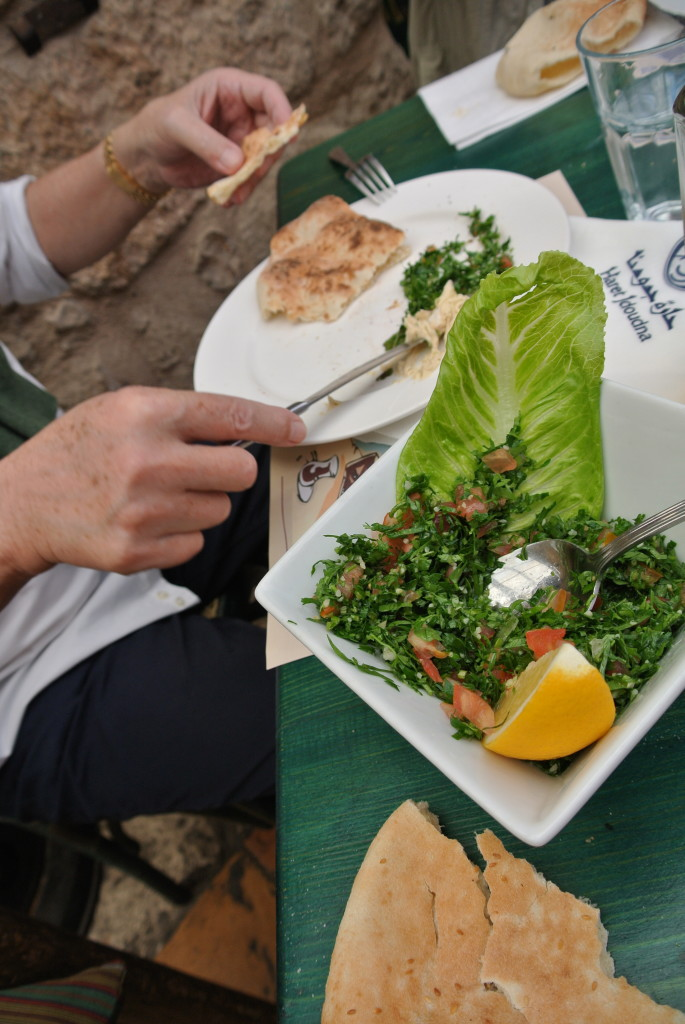 Petersil-Salat mit frischem arabischen Brot.