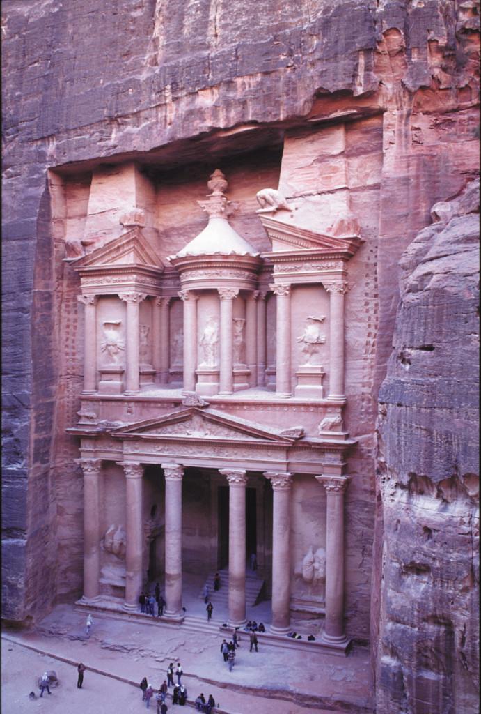 Gegründet wurde die Stadt von den Nabatäern, einem Nomadenstamm, der dem Handel mit Gewürzen und Weihrauch seinen wirtschaftlichen Aufstieg verdankte und die wichtigsten Handelswege durch die Wüste kontrollierte.