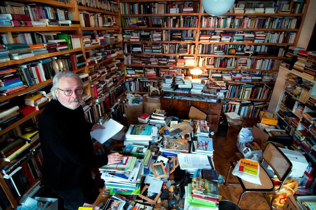 Gerhard Roth in seinem Arbeitszimmer in Wien.