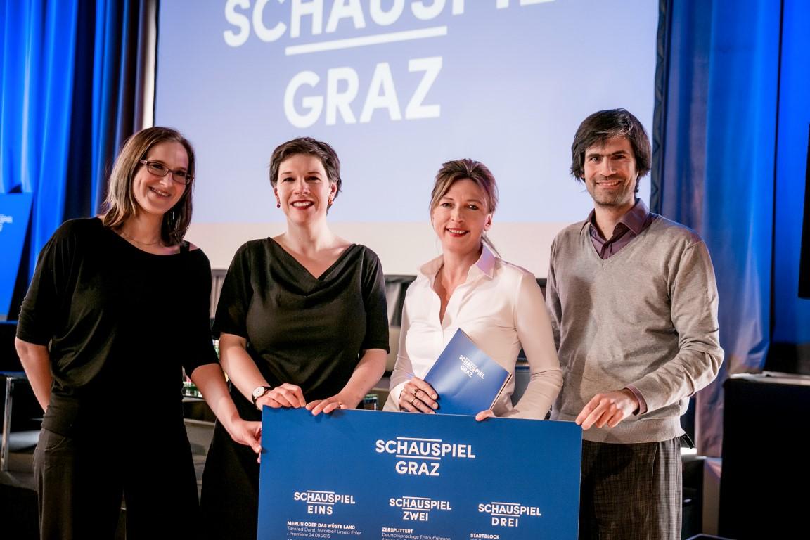 Die Dramaturgen Elisabeth Geyer, Karla Mäder und Jan Stephan Schmieding mit Iris Laufenberg.