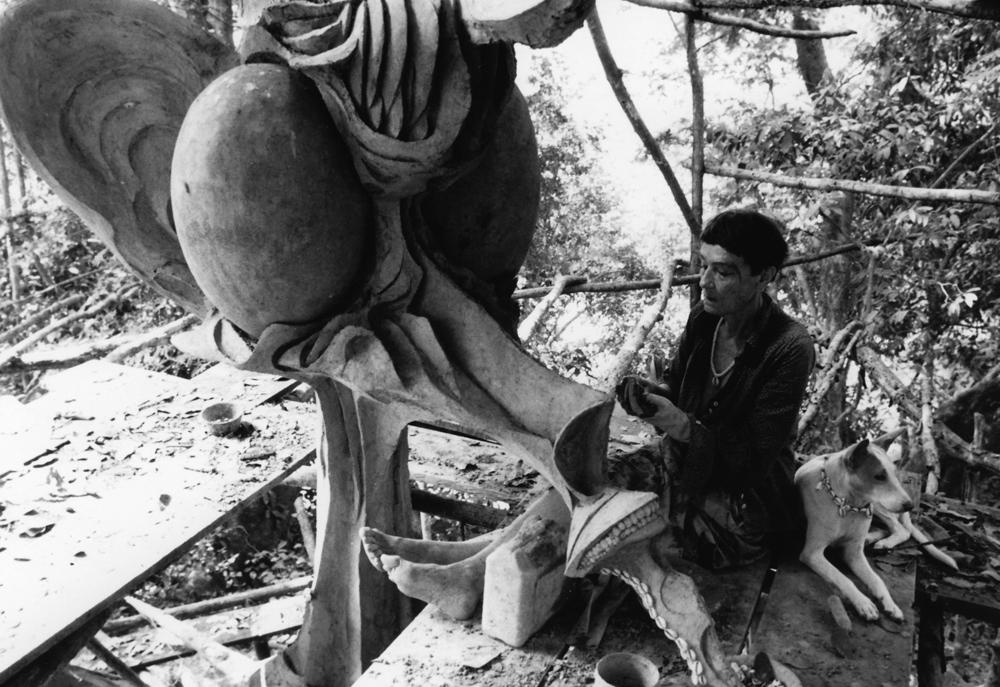Susanne Wenger beim Arbeiten an einer Skulptur. Fotos: Susanne Wenger Foundation