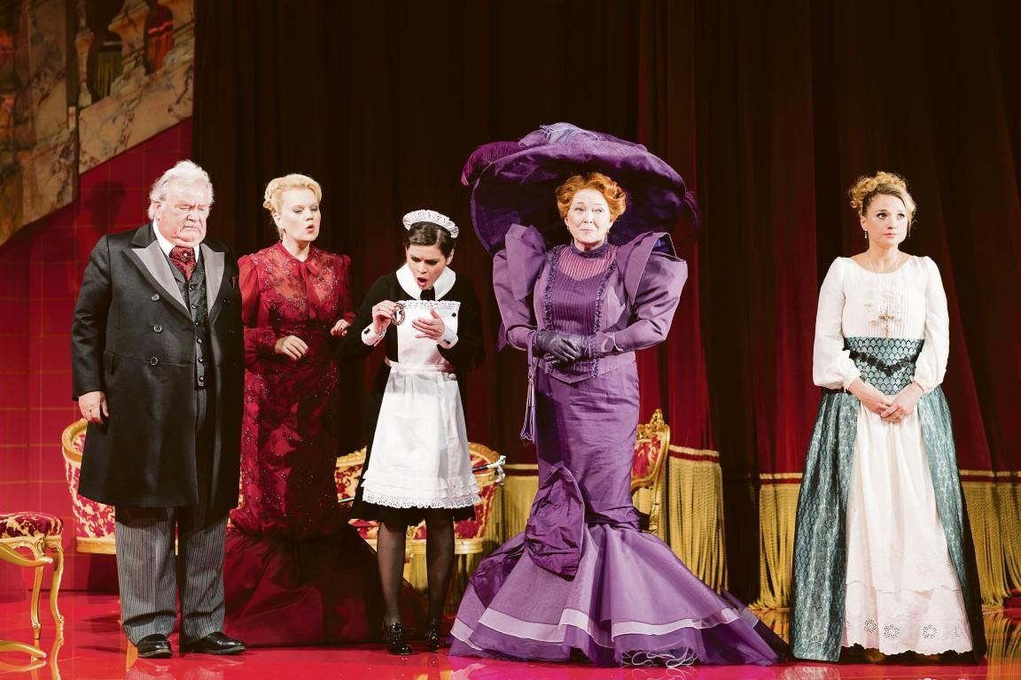 Der Opernball wird zur schwungvollen Treueprüfung für drei Ehepaare.