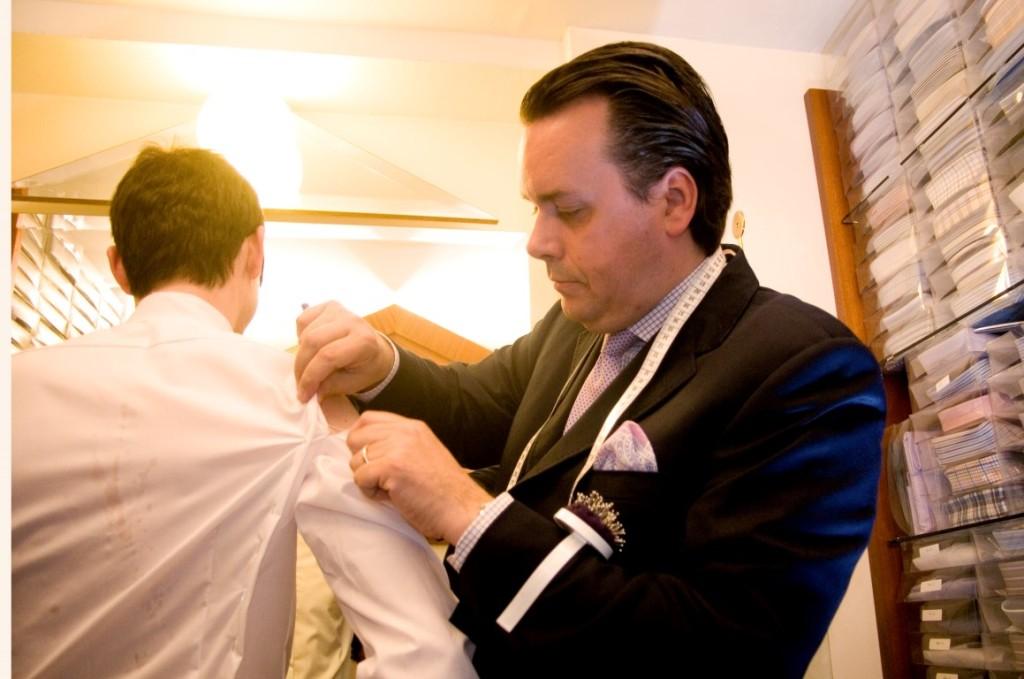 Nach dem ersten Mal abmessen wird bei jedem Kunden ein kostenloses Probehemd angefertigt.