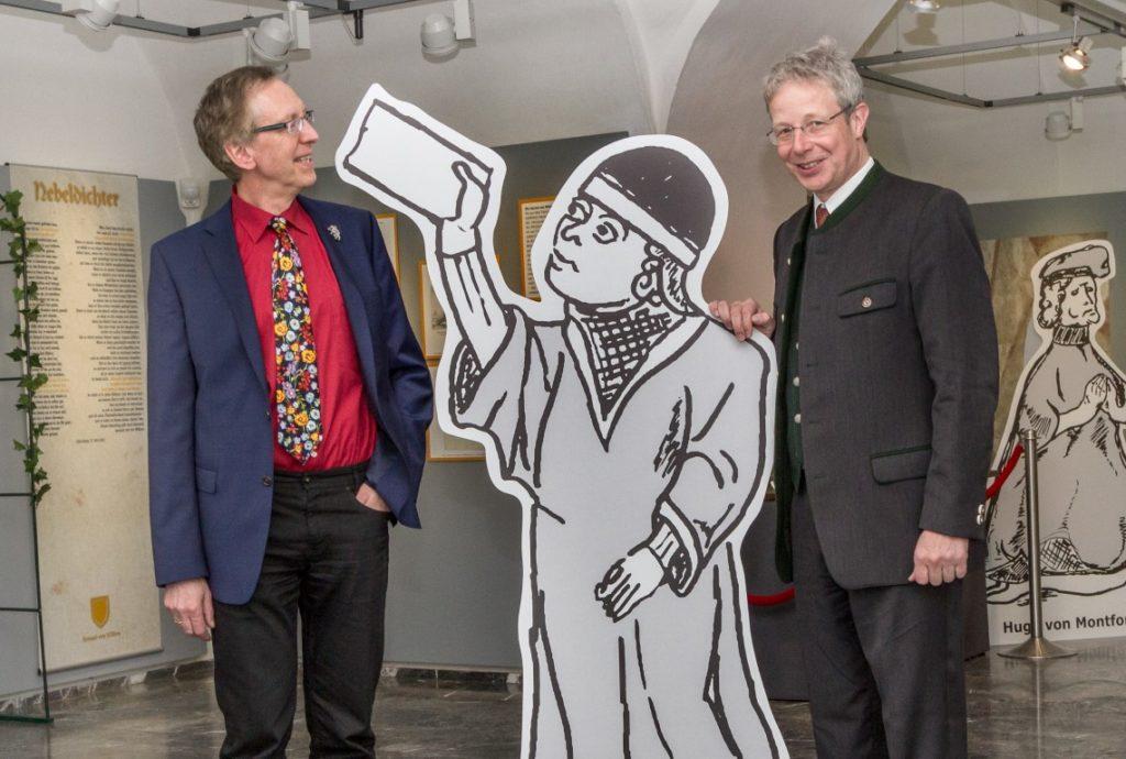 Ausstellungsmacher Wernfried Hofmeister (l.) und Gernot Obersteiner mit einem ihrer Literaturstars des Mittelalters, Herrand von Wildon.