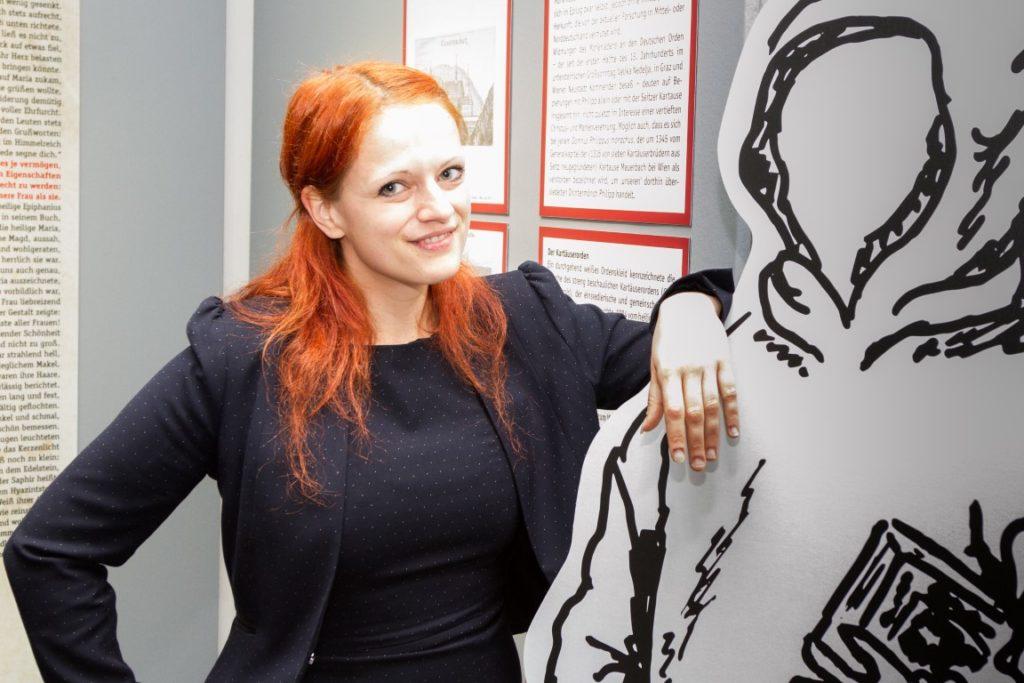 Ausstellungs-Kuratorin Ylva Schwinghammer mit der Figur von Philipp von Seitz.