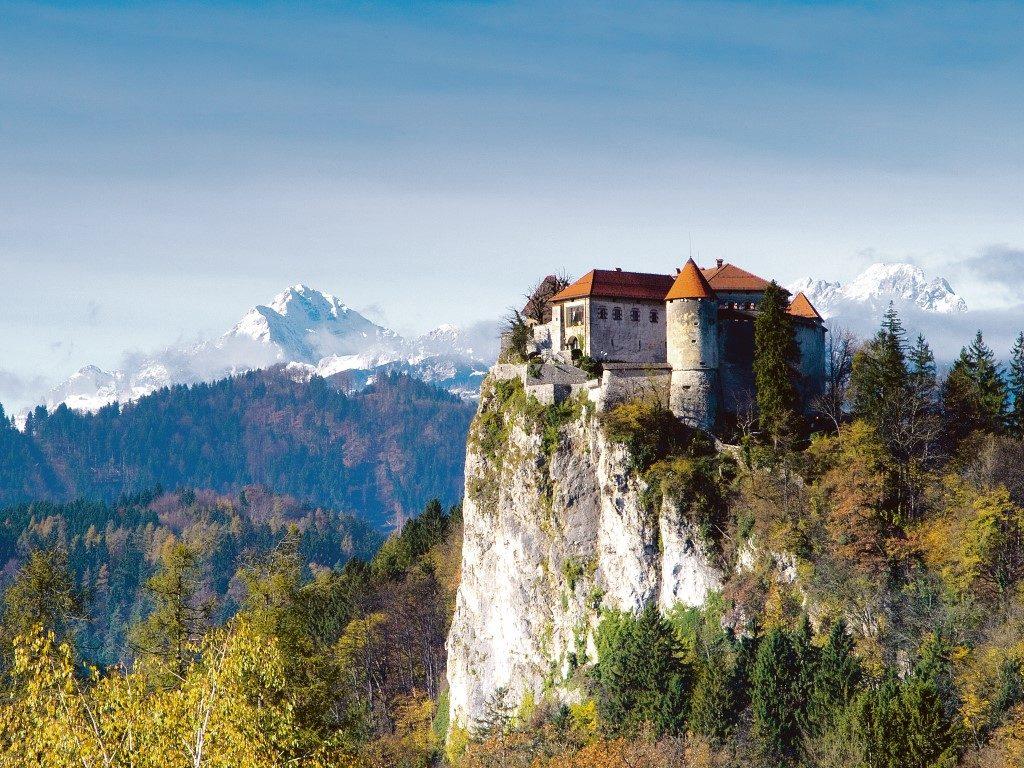 Bled Castle mit Triglav im Hintergrund Foto: Klemen Kunaver