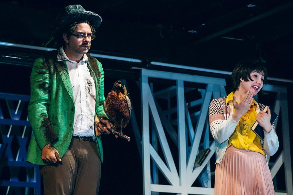 Florian Köhler als Paul Wiesinger und Henriette Blumenau als frustierte Archivarin. Foto: Lupi Spuma