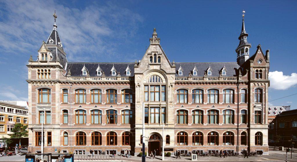 Ein Gebäude mit Geschichte - die herrschaftliche Fassade des Conservatorium Hotel inmitten des Museums-Viertels.