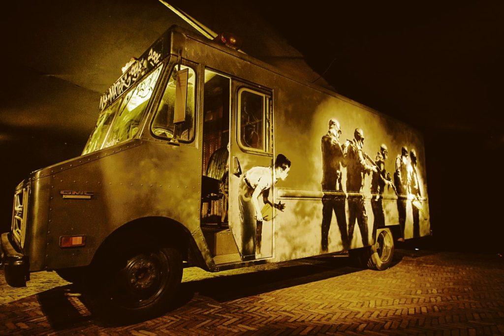 Banksys SWAT-Van ist im MOCO ebenso zu bewundern wie knapp 50 weitere Arbeiten des britischen Street-Art Superstars. Foto: Fotograafniels.nl