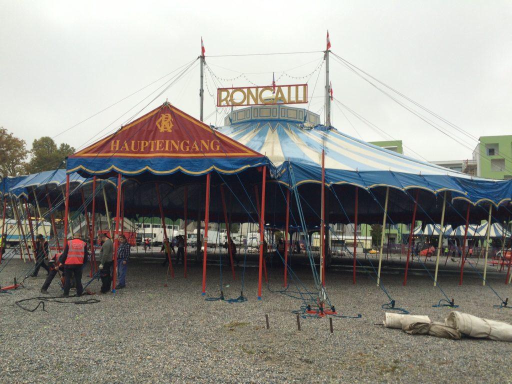 Auch Regenwetter konnte dem Roncalli-Team nichts anhaben: Das Zelt steht!
