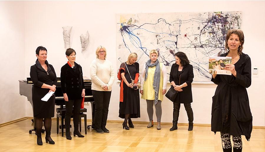 Anna Thaller, Direktorin des Bildungsschloss St. Martin, mit den teilnehmenden Künstlerinnen des Kulturaustauschs. Foto: Peter Purgar