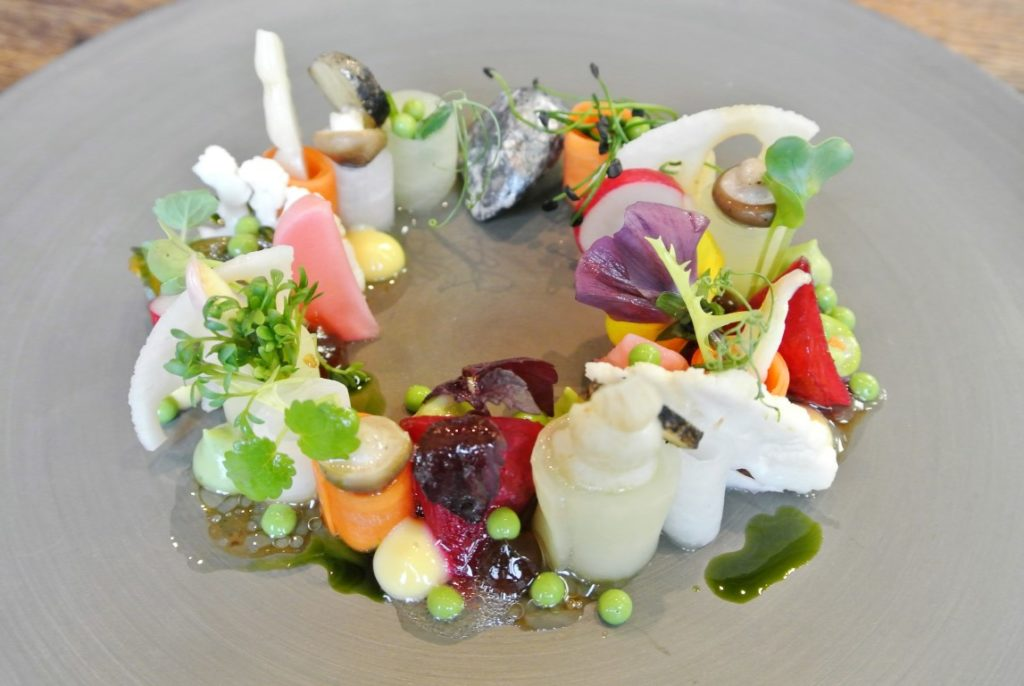 Ein Gruß aus der Küche wird zum Kunstwerk: Stein- und Gemüsegarten mit Yuzu-Miso-Ganache & Geeistem Koriander.