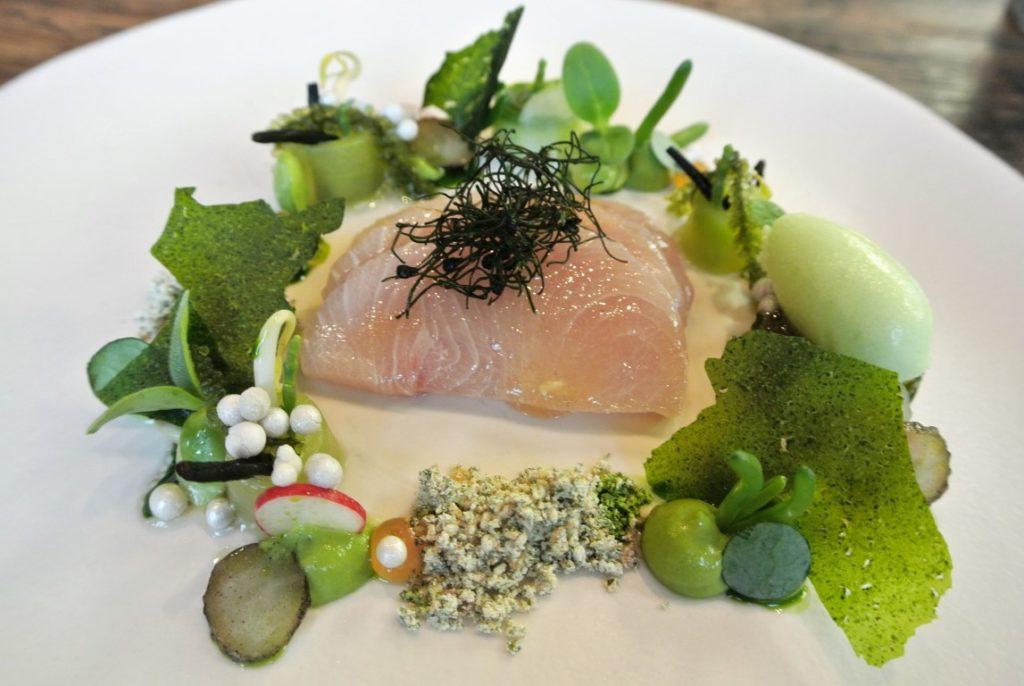 Tag am (japanischen) Meer mit Hamachi, Jodigen Aromen und Gartengurke: Sashimi ist dem Paradies.