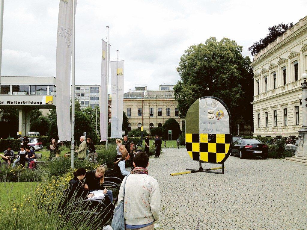 Marker, Version 3 von Josef Schützenhöfer vor der Grazer Universität.